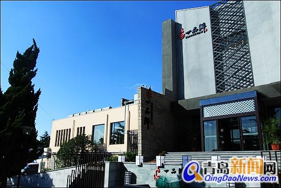 /enpproperty--> 市南区香港中路126号的香岛一品鲜,北依浮山千层绿翠花香、南望黄海万里波涛澎湃,秉承鲜品、艺术、健康的核心理念,倾力打造引领未来餐饮业发展方向的新型火锅体系。  一品鲜位于青岛香港中路126号齐海大酒店院内 鲜品是香岛一品鲜新型火锅体系的核心,字典中对鲜品的解释是新鲜食材,怎样的食材才算新鲜?据一品鲜康桥酒店管理有限公司工作人员介绍,例如鲜切羊肉,我们选择内蒙古东乌旗大草原中放养、育龄6个月的小羊做为原材料,此时段的羊肉口感弹牙、久涮不老。清洗、