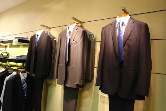 另外,红领,皮尔卡丹等其他品牌的西服也有促销活动.