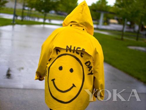 偶然看到这样一张图片,一个下雨天的背影,黄色的雨衣上面有一个大