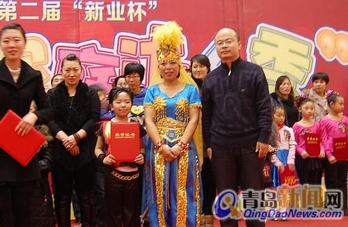 青岛新闻网市场总监史同坤先生为二等奖小选手颁奖