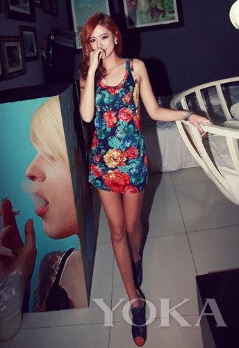 背心款式的印花超短裙随意又性感