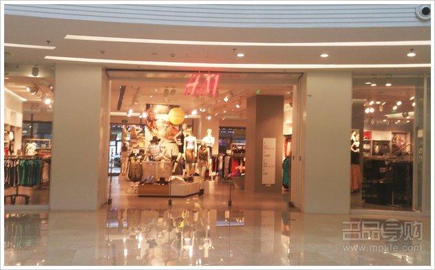 http://dazhe.qingdaonews.com/images/attachement/jpg/site1/20130510/0022fba58fb012f6e96061.jpg /enpproperty-->   现正值许多服饰品牌已经开始全面上架2013年夏季新款 了,作为领头羊的快时尚也不甘落后,大面积的上新已经开始。不过新品的价格有时也有些小贵,所以小编这次特地为大家去看了一下ZARA和H&M 的专柜里还有少量的最终波促销尾货。虽说很多都是2012年的老款,但是只要穿的舒适、穿的
