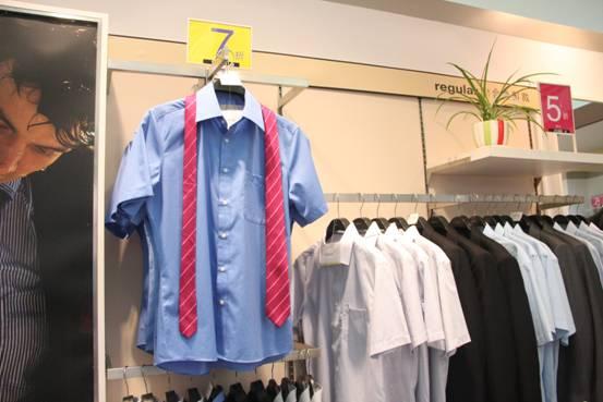 干净的牛仔蓝衬衣搭配枚红色的条纹领带,在儒雅中带来一丝