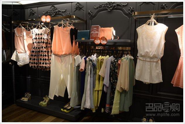 http://dazhe.qingdaonews.com/images/attachement/jpg/site1/20130725/001dbac9bfc7135b0f8f02.JPG /enpproperty-->   欧时力女装是女生们较为关注的品牌之一,甜美时尚的设计是众多白领们的最爱。一般促销力度最低为5折,这次在置地广场 欧时力专柜全场99减50元,折扣力度最低可跌破5折,由于参加的款式均为2013年夏季新款,所以总体看来性价比很高。下面起跟随小编的镜头先睹为快吧!    欧时力专柜实景