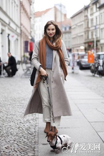 浅棕色短靴搭配_秋冬围巾搭配解读: 长围巾的各种围法 - 青岛新闻网