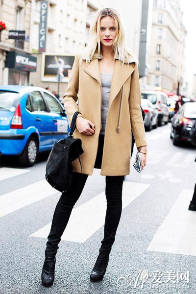 搭配示范:驼色斗篷外套+黑色内搭+黑色阔腿裤