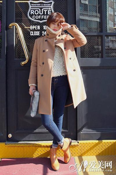 白色毛绒毛衣+卡其色双排扣大衣+牛仔裤+棕色短靴