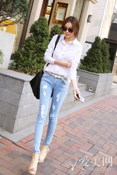 时尚蓝白衬衫搭配牛仔裤