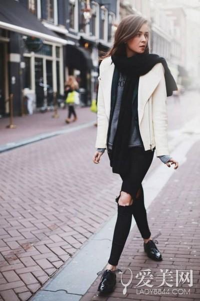 搭配要点:灰色t恤+黑色破洞牛仔裤+白色皮衣+黑色