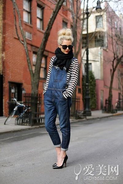 搭配要点:黑白条纹上衣+深蓝色牛仔背带裤+黑色