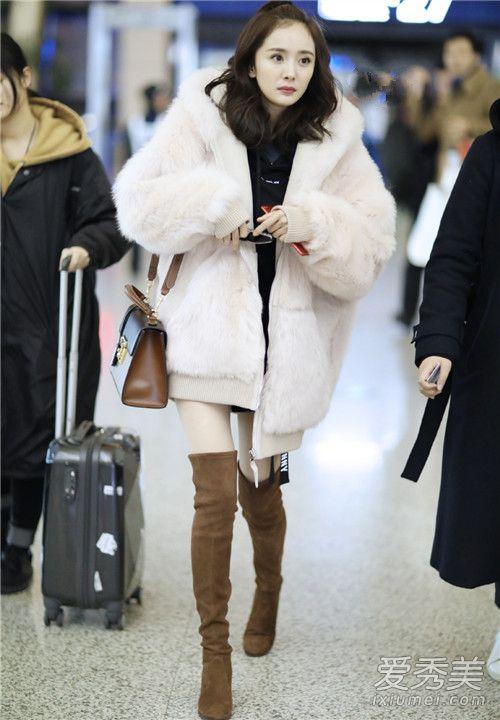 捉到可爱少女一枚 杨幂毛绒外套走机场